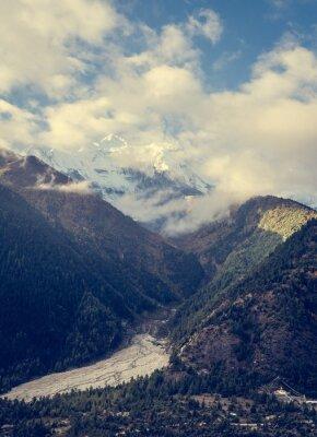 Fotomural Montanhas que levantam-se acima do vale.