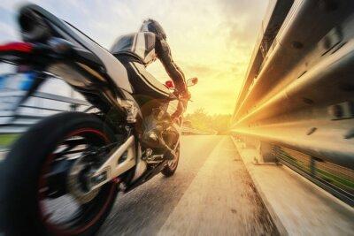 Fotomural Moto da strada sfreccia Vicino al guard rail al tramonto