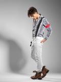 Muito atraente modelo masculino jovem olhando para longe - o espaço da cópia 7b565449d5c