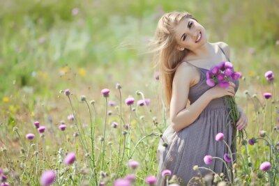 Fotomural Mulher bonita com grupo em um campo de flores