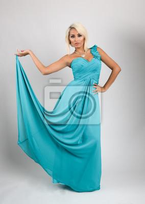 Mulher Bonita Loira Com Vestido Azul Claro Ou Azul Turquesa