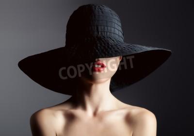 Fotomural Mulher bonita no chapéu. Moda retro. Fundo escuro.