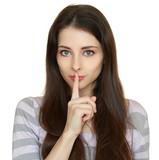 Mulher bonita que mostra o sinal em silêncio e segurando o dedo sobre os  lábios 051bf0eece2