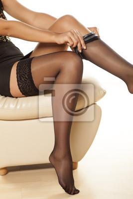 1f8b3e4ed Mulher colocando em meias de nylon fotomural • fotomurais vestir ...