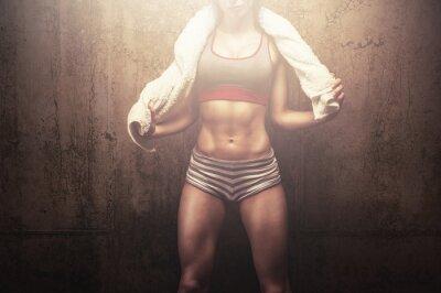 Fotomural Mulher da aptidão após o treinamento duro treino prende a toalha branca esportes
