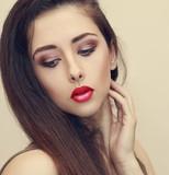 Mulher da beleza maquiagem rosto olhando para baixo. moda retrato do close  up 40facab0bf2
