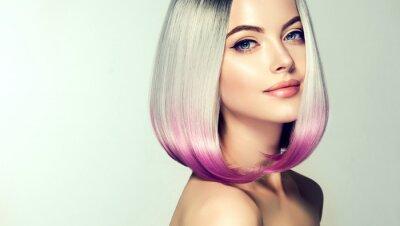 Fotomural Mulher de coloração de cabelo bonito. Moda corte de cabelo da moda.Ombre bob penteado curto. Modelo loiro com penteado brilhante curto. Cabelo de coloração de conceito. Salão de beleza