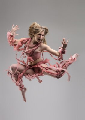 Fotomural Mulher de salto envolta em estúdio sobre o fundo cinzento