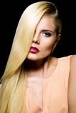 Mulher elegante com cabelo saudável contra um fundo preto 2bfc86a6f73