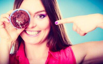 Fotomural Mulher engraçada prende o bolo na mão que cobre seu olho