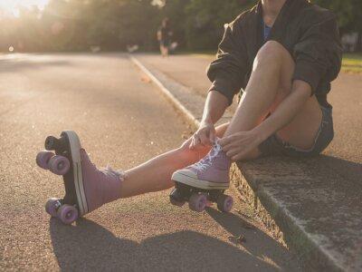 Fotomural Mulher que põr sobre patins no parque