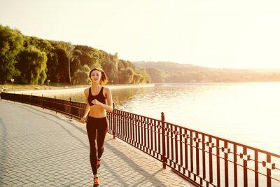 Fotomural Mulher Running. Correr Runner em luz brilhante ensolarado. Fitn Feminino