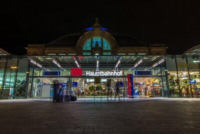 Fotomural Nachtaufnahme des Bahnhofes em Halle Saale