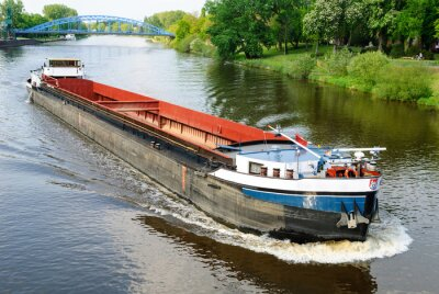 Fotomural Navio de carga no rio Weser em Nienburg