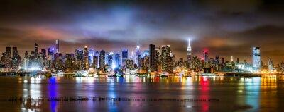 Fotomural New York City Panorama em uma noite nublada como visto de New Jersey através do rio Hudson