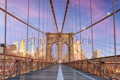 Fotomural New York, New York on the Brooklyn Bridge Promenade facing Manhattan's skyline at dawn.