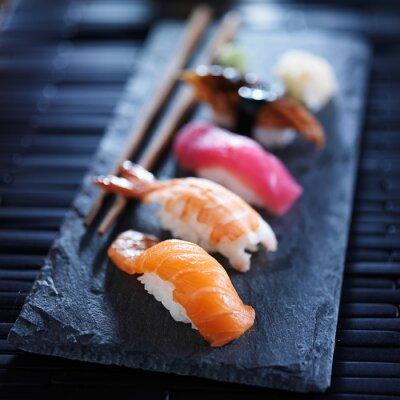Fotomural nigiri sushi assorted em ardósia