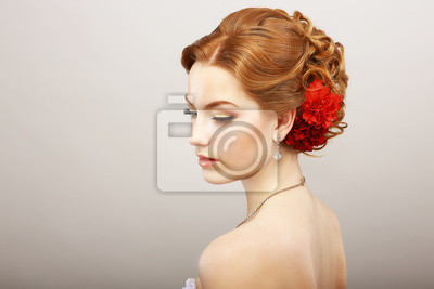 Fotomural Noiva. Ouro de cabelo feminino com flor vermelha. Colar Platinum