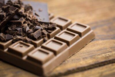 Fotomural O chocolate escuro e leite em uma mesa de madeira