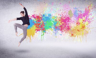 Fotomural O dançarino moderno da rua que salta com pintura colorida espirra