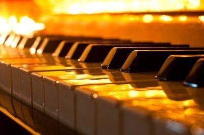 Fotomural O teclado do piano na luz dourada