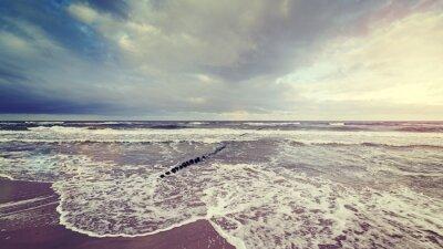 Fotomural O vintage tonificou o céu tormentoso sobre o mar áspero.