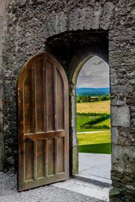 Fotomural Offenes schweres Tor com Blick no campo irische