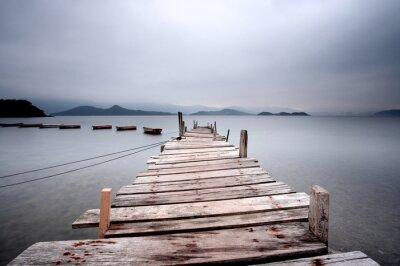 Fotomural Olhando ao longo de um cais e um tom escuro barco.