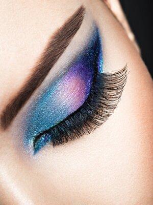 Fotomural Olho de mulher com maquiagem de olhos azuis