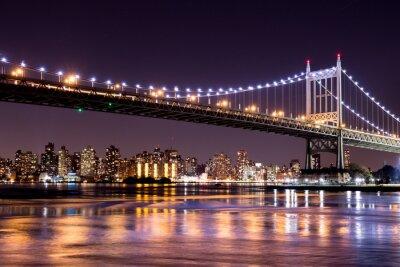 Fotomural Opinião bonita da noite de New York City e da 59th ponte de Ed Koch da rua que olha transversalmente a Manhattan.