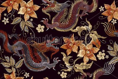 Fotomural Padrão sem emenda de dragões e flores de bordado. O dragão asiático do bordado clássico e o vintage bonito florescem o teste padrão sem emenda. Vetor de dragões de China