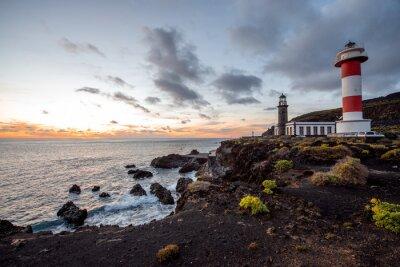 Fotomural Paisagem vulcânica com farol perto da fábrica de sal Fuencaliente na ilha de La Palma, na Espanha