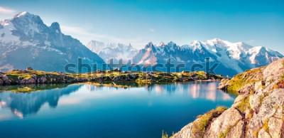 Fotomural Panorama colorido do verão do lago Blanc da laca com Mont Blanc (Monte Bianco) no fundo, lugar de Chamonix. Cena exterior bonita na reserva natural de Vallon de Berard, cumes cinzentos, França, Europa
