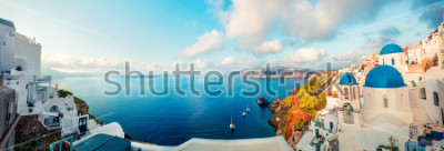 Fotomural Panorama da manhã da ilha de Santorini. Recurso grego de Fira da sua opinião colorida da mola, Grécia, Europa. Fundo do conceito de viagem. Poste de estilo artístico foto processada.