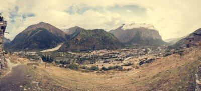 Fotomural Panorama da montanha com a vila tradicional da configuração da pedra.