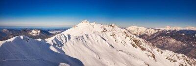 Fotomural Panorama das montanhas do inverno com inclinações do esqui.