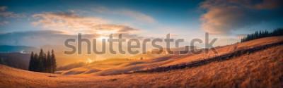 Fotomural Panorama do pôr do sol em um vale de montanhas dos Cárpatos com luz maravilhosa de ouro em uma colinas