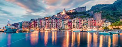 Fotomural Panorama fantástico da mola da cidade de Portovenere. Cena esplêndida da noite do mar Mediterrâneo, Liguria, província do Spezia, Itália, Europa. Fundo do conceito de viagem.