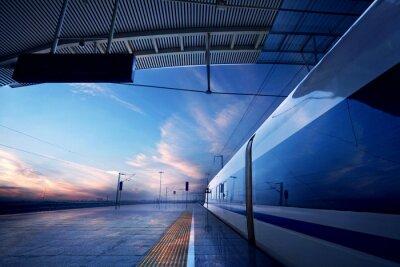 Fotomural parada do trem na estação ferroviária com por do sol