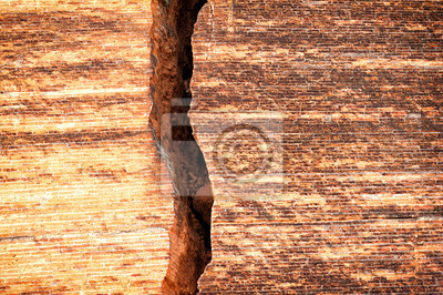 Fotomural Parede de tijolo quebrada com rachadura