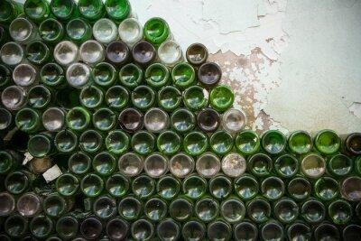 Fotomural Parte inferior da textura do frasco. Vidro, garrafas de vinho vazias sujas close-up, fundo de fundo de padrão de garrafa verde