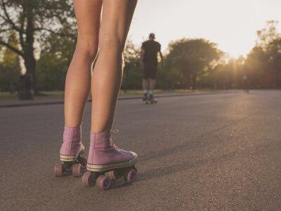 Fotomural Pernas de Patinagem de rolo da mulher no parque