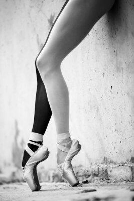 Fotomural Pés da bailarina close-up em um fundo de textura wal concreto