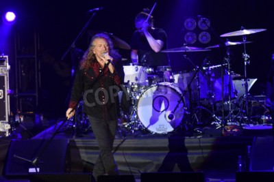 Fotomural PILSEN, REPÚBLICA CHECA - 27 DE JULHO DE 2016: Famoso cantor Inglês Robert Plant Durante o seu desempenho em Pilsen, República Tcheca, 27 de julho de 2016.
