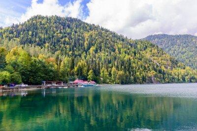 Fotomural Pitoresco lago alpino Ritsa, Abkhazia.