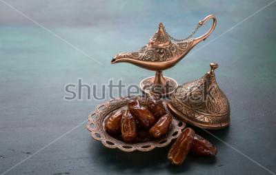 Fotomural Placa de bronze com datas e lâmpada de aladdin no fundo de madeira verde escuro. Fundo do Ramadã. Ramadan kareem