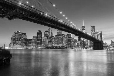 Fotomural Ponte de Brooklyn no crepúsculo visto do parque da ponte de Brooklyn em New York City.