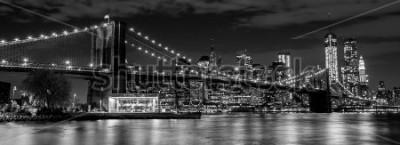 Fotomural Ponte do Brooklyn com horizonte de Manhattan em segundo plano à noite em preto e branco