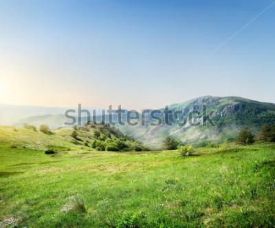Fotomural Prado verde no fundo as montanhas da criminalia