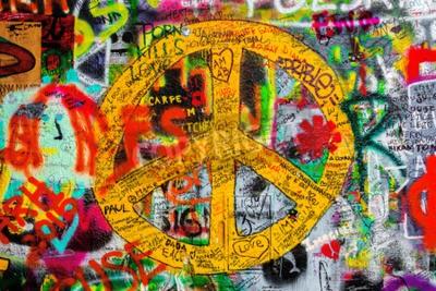 Fotomural PRAGA, REPÚBLICA CHECA - 21 de maio de 2015: Sinal de paz na famosa John Lennon Wall em Kampa em Praga Islândia preenchido com Beatles e letras de graffiti inspirado desde os anos 1980.